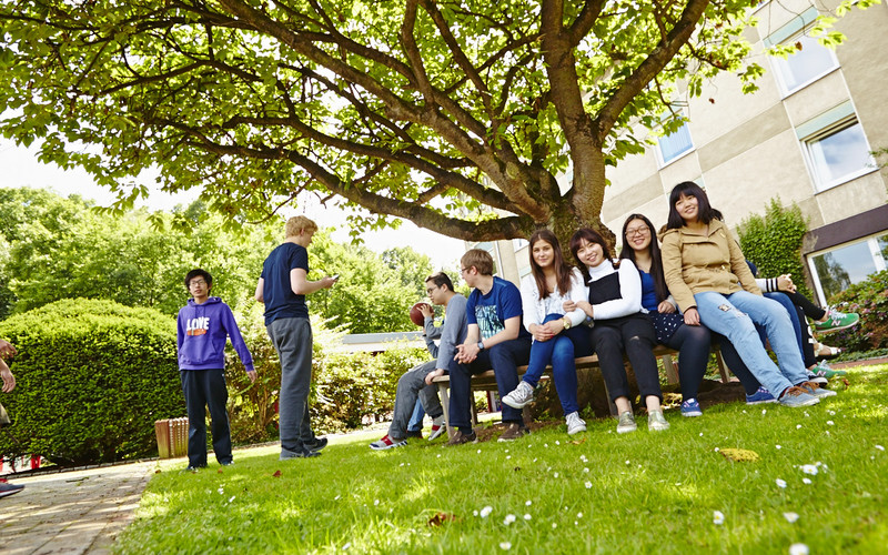 Schüler im Hof des Internates